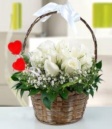 Sepet içerisinde 7 adet beyaz gül  Ankara lalegül çiçek siparişi sitesi