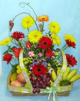 Ankara cicek , cicekci  sepet içerisinde meyva ve çiçekler