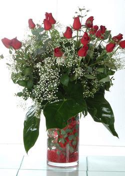 Ankara kardelen güvenli kaliteli hızlı çiçek  11 adet kirmizi gül ve cam yada mika vazo tanzim