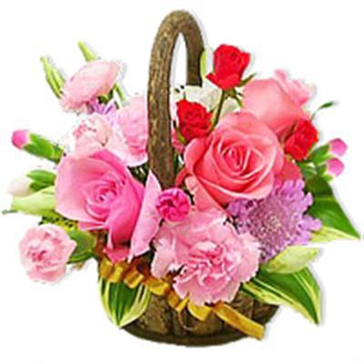 sepet içerisinde rengarenk karisik çiçekler