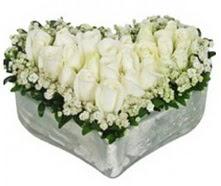 Ankara ergazi kaliteli taze ve ucuz çiçekler  9 adet beyaz gül mika kalp içerisindedir