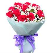 12 adet kırmızı gül ve beyaz kır çiçekleri  Ankara gazi mahallesi çiçekçi mağazası