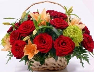 Sepette 5 adet kırmızı gül ve kır çiçekleri  Ankara ostim çiçek gönderme sitemiz güvenlidir