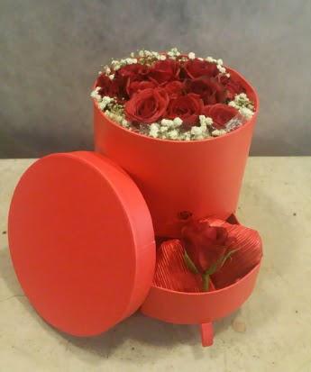 Çekmeceli kutu içerisinde çikolata ve güller  Ankara gimat çiçek satışı