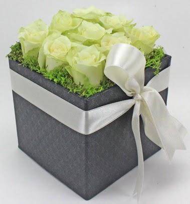 9 adet beyaz gülden özel kutu çiçeği  Ankara lalegül çiçek siparişi sitesi