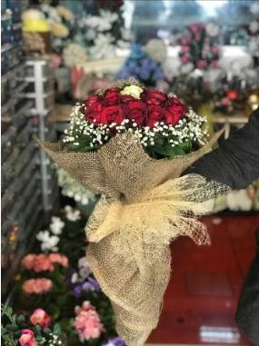 12 adet kırmızı 1 adet beyaz gül buketi  Ankara ivedik hediye çiçek yolla